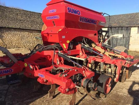 SUMO 2011  4M VERSA DRILL C/W 6 LEADING TINES, LEVELLING BOARDS AND MOORE SEEDING DISCS