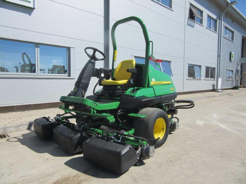 John Deere 8000 E-Cut Hybrid Fairway Mower